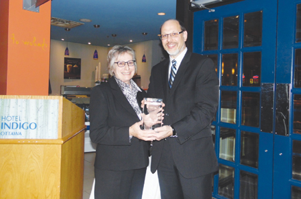 Photo of Ms. Elizabeth White, the 2016 recipient of the Ed McIsaac Human Rights in Corrections Award with Mr. Howard Sapers, former Correctional Investigator of Canada. Left to Right: Ms. Elizabeth White and Mr. Howard Sapers, former Correctional Investigator of Canada (December 6, 2016).
